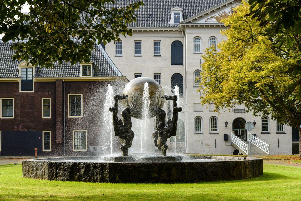 Voorwerf, fontein, Marineterrein Amsterdam - foto Siebe Swart