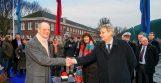 Minister Blok en burgermeester van der Laan openen de brug.