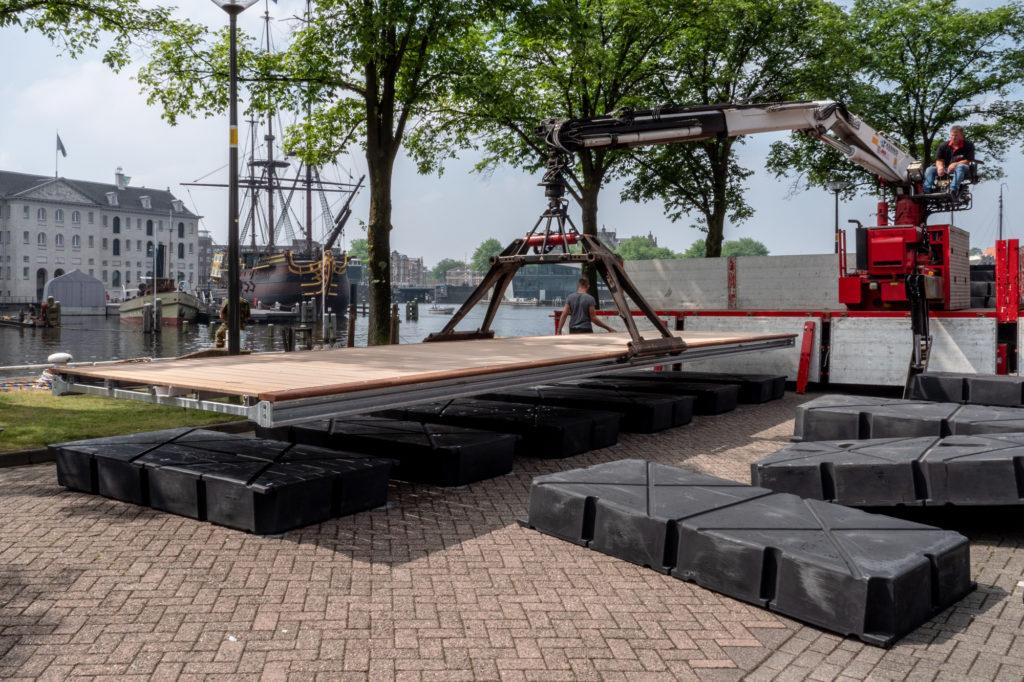 MTA_1024_2_Boardwalk_vlonders worden eerst op drijvers gemonteerd