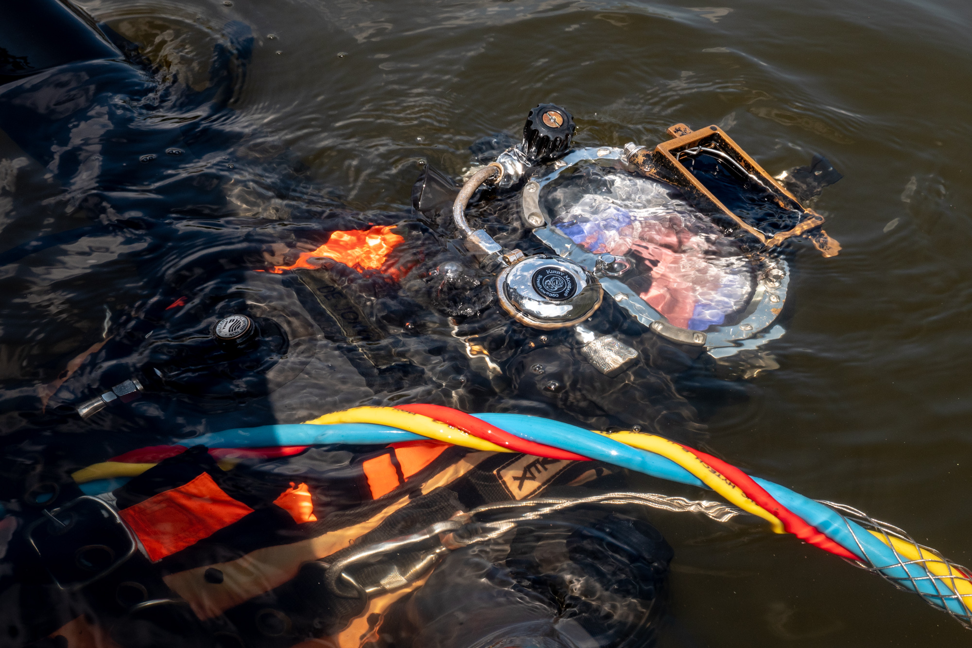 MTA_1024_Meerpaal_6_de genie gaat onder water, een tweede volgt met kettingzaag